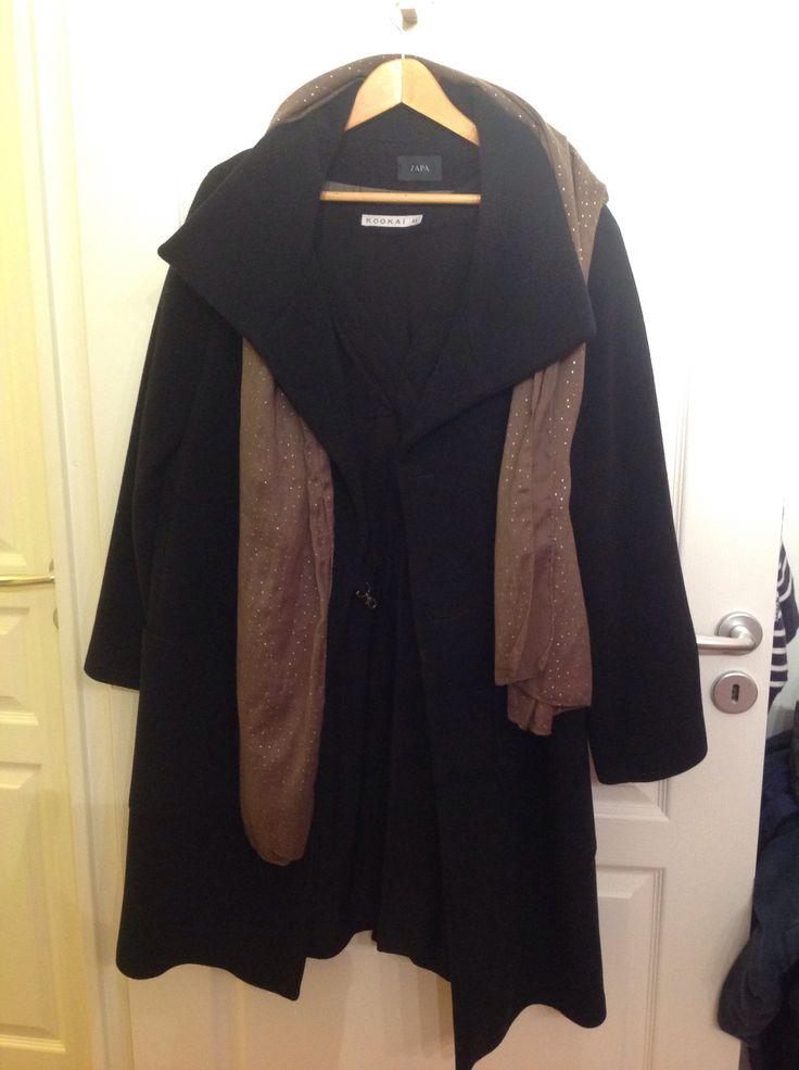 Mon manteau Zapa, acheté il ya 5 à 6 ans, mais tellement beau. Je l'ai acheté avec ma maman, en ayant l'impression de faire une petite folie. Il est tellement bien coupé que je me sens forte et puissante quand je le porte. Je le mets quand je veux impressionner!
