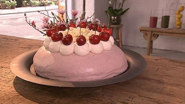 Skøn og sommerlig kirsebærkage med alt det gode til en sød tand. Mette Blomsterberg laver kagen skum og kompot af kirsebær og hvid chokolade på toppen.
