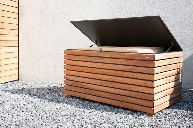 Skrzynia ogrodowa Forte. Idealne połączenie materiału HPL, który jest odporny na zmiany temperatur oraz drewna, który nadaje skrzyni designerskiego wyglądu. W skrzyni można przechowywać akcesoria ogrodowe. Gdy ją zamkniemy może służyć nam jako wygodna i praktyczna ławka.
