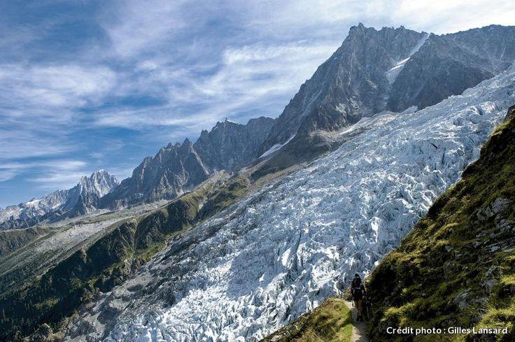 Le glacier des Bossons - longue langue de glace qui dévale du mont Blanc, entre les Aiguilles Rouges et le dôme du Goûter, jusque dans la vallée de Chamonix, juste au-dessus du village des Bossons. À l'arrière-plan, l'aiguille du Midi, la plus haute des aiguilles de Chamonix, culmine à 3 842 mètres. Mont-Blanc.