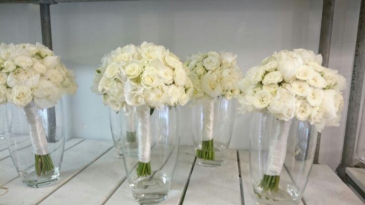 Bruidsmeisjes zelfde boeket als bruid maar dan iets kleiner verkrijgbaar bij www.bloemenweelde-amsterdam.nl