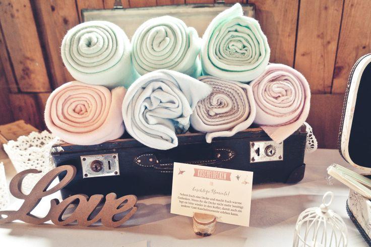 Decken für die Gäste der Hochzeit. Damit den Hochzeitsgästen nicht kalt wird. Foto: Viktor Schwenk Photographie