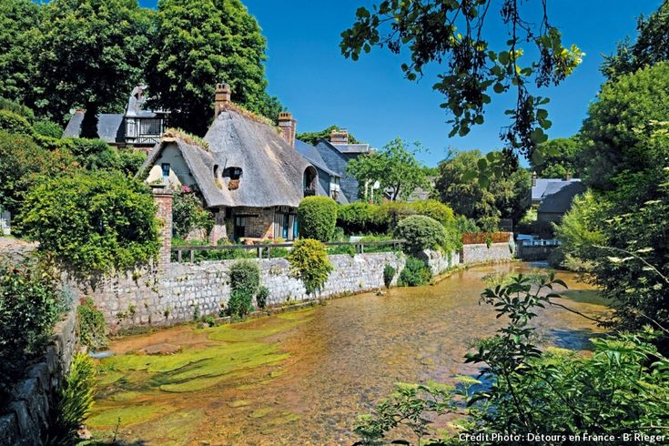 Veules-les-Roses, la belle normande. Blottie dans une valleuse boisée, en Seine-Maritime, cette adorable station balnéaire a inspiré bien des artistes et doit notamment sa richesse au plus petit fleuve de France qu'elle voit couler : la Veules, 1 194 mètres !