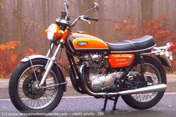 Yamaha 650 XS2 1972 (dite aussi Europa). Apparition du frein à disque à l'avant, nouveaux amortisseurs