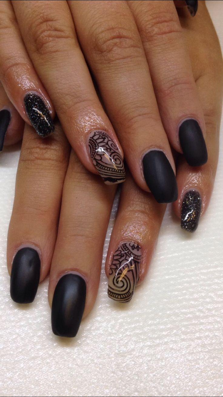 Svarta matta naglar med stampning mönster!