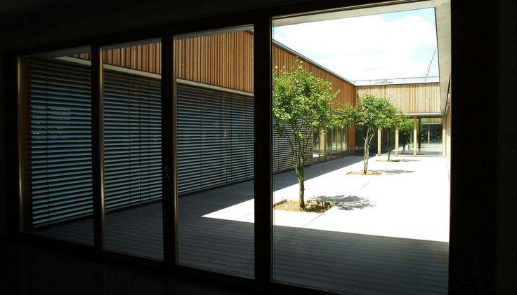 Innenhof mit splitterfreien WPC Terrassendielen in einer Grundschule