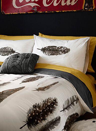 Un design européen signé Vandyck en exclusivité chez Simons Maison     L'entreprise familiale fondée en 1923 aux Pays Bas nous charme avec ce motif vedette imprimé sur un tissage pur coton de qualité supérieur. Confectionné en Turquie.      L'ensemble comprend :   Grand format : 1 housse 90x95 pouces, 2 cache-oreillers 20x30 pouces