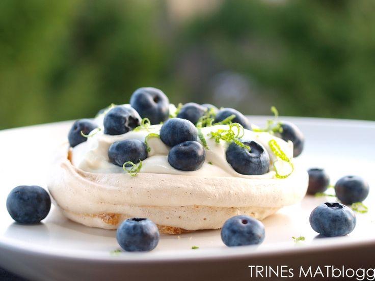 Minipavlova med limekrem og blåbær.  Mini Pavlova with limecream and blueberries.