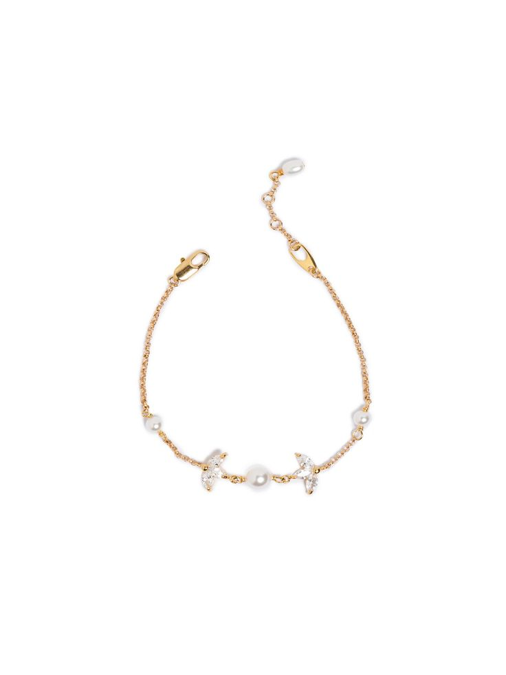 The Fable fine pearl bracelet is a contemporary and modern piece of bridal jewellery, telling a tale of feminine beauty and timeless elegance.