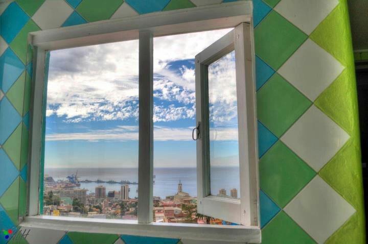 La vista desde el baño de La Sebastiana, la casa en Valparaíso de Pablo Neruda