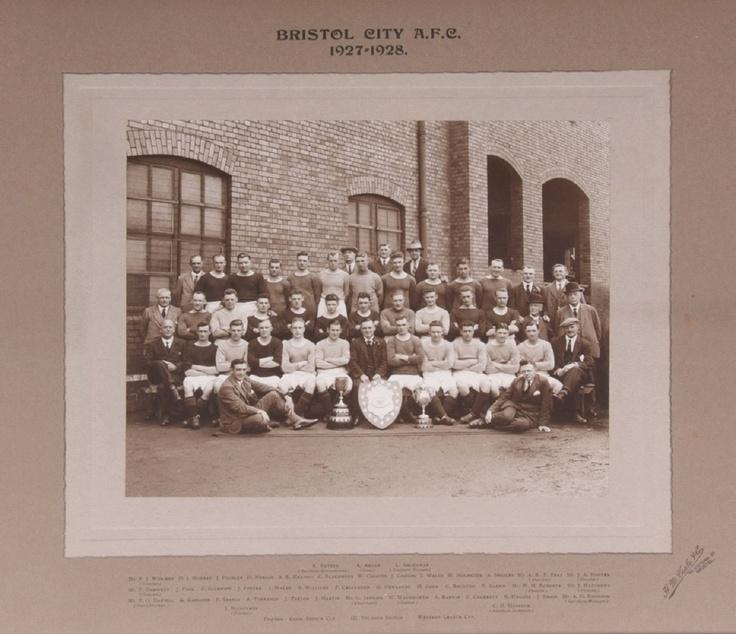 Bristol City AFC 1927-1928. Excelente fotografía con tres trofeos al frente, Gloucestershire Senior Cup, III División Shield y la Copa de la Liga Occidental.