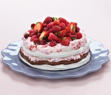 Marängtårta med mjölkchokladtryffel, hallongrädde och färska jordgubbar.   Gjorde den på midsommar, succe!