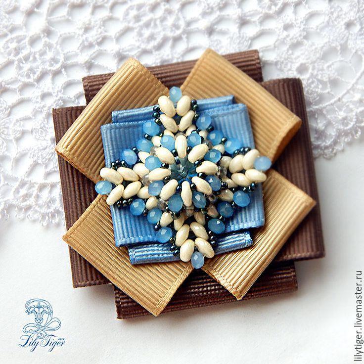 Купить Брошь из лент и бисера Снежинка/Брошь орден голубой бежевый - голубой цвет, брошь