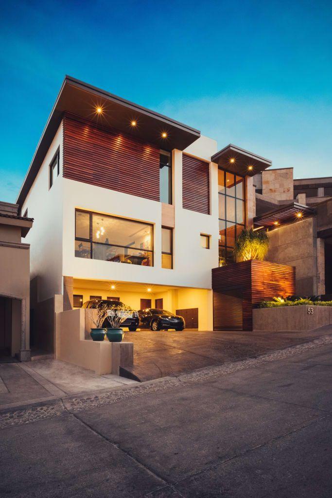 Busca imágenes de diseños de Casas estilo moderno: Residencia R53. Encuentra las mejores fotos para inspirarte y y crear el hogar de tus sueños.