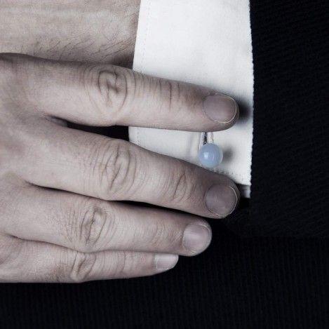 Boutons de manchette : Un bouton de manchette est une attache utilisée pour maintenir la manche d'une chemise quand celle-ci ne comporte pas de boutons mais deux fentes surpiquées sur un poignet mousquetaire