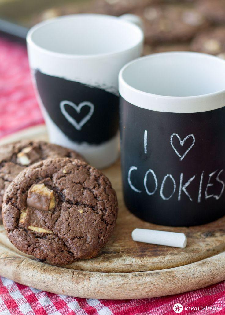 Schoko Kinderriegel Cookies - dunkle Schokoladen Cookies mit Chocolate Chips und Kinderriegel Stückchen - außern knusprig, innen chewy - mhhhhhhmmm!