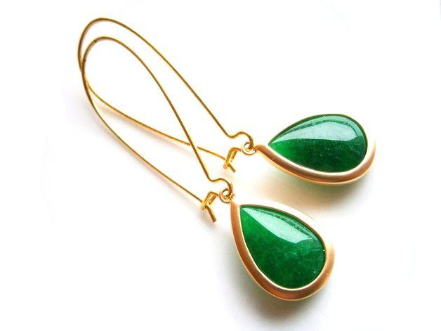 **Ohrringe Jade grün** mit einer Länge von insg. 55 mm. Die Jade-Tropfen sind 22 mm groß und in edel matt vergoldeten Fassungen gefasst. Passend zu den Jadeohrringen gibt es auch eine Kette mit...