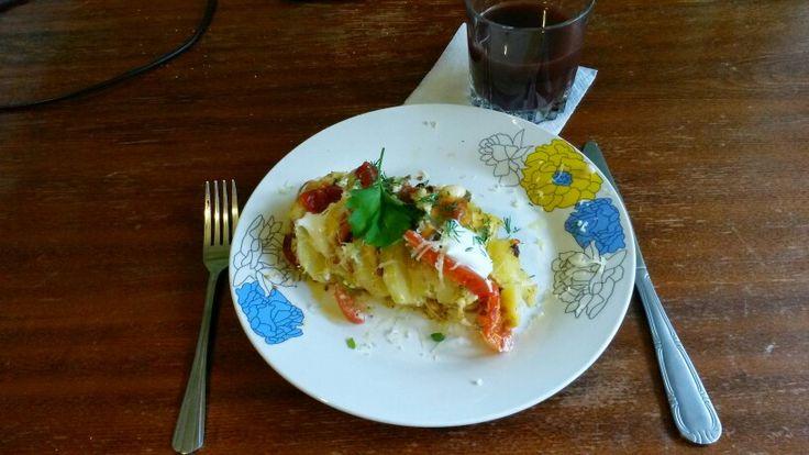 Запеченый картофель с мясом, сыром и помидорами & гранатовый сок