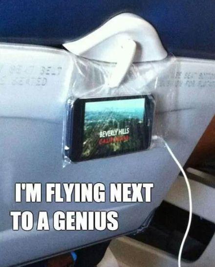 Du willst im Flieger oder in der Bahn Serien auf dem Handy schauen aber hast keine Lust es festzuhalten? Mit einer Plastiktüte kannst Du Dein Handy am Klapptisch befestigen. | 33 geniale Lifehacks, die Du wirklich nützlich finden wirst