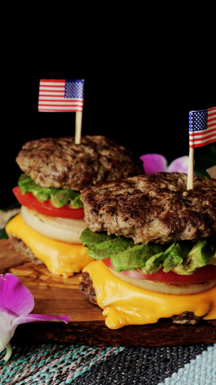 Bread buns are overrated — try this protein packed inverted cheeseburger instead. Chorizo Recipes, Meatloaf Recipes, Beef Recipes, Cooking Recipes, Asian Recipes, Mexican Food Recipes, Ethnic Recipes, Mexican Meatloaf, Beef Flank Steak