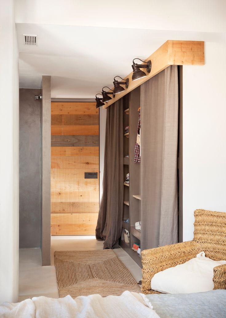 Armario con cortinas en vez de puertas y focos. Alfombra y butaca de fibras (00436712)