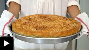 ΥΛΙΚΑ (ΤΑΨΙ 30 ΕΚ.)  800 γρ. φρέσκο σπανάκι, καλά πλυμένο και καθαρισμένο 2 πράσα 1 ματσάκι άνηθο 1 ματσάκι μαϊντανό 1 μεγάλο ξερό κρεμμύδι 250 γρ. φέτα 2 – 3 κ. σ. ελαιόλαδο αλάτι ½ κ. γ. πιπέρι 1 ½ κ. γ. κάρυ 2 μεγάλα ή 3 μέτρια αυγά σησάμι ή λιναρόσπορο ή παπαρουνόσπορο, για πασπάλισμα (προαιρετικό) Για τη ζύμη:  180 ml ελαιόλαδο 240 ml νερό 1 πρέζα μεγάλη αλάτι 1 κ. γ. μπέικιν πάουντερ 550 γρ. αλεύρι, για όλες τις χρήσεις