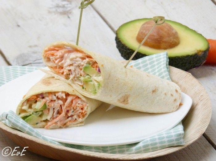 Zomerse wrap gevuld met gerookte kip, avocado, ui, wortel en een yoghurt-mayonaise dressing. Lekker als lunch, diner of bij de picknick.