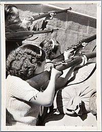 Milicianas por la República durante la Guerra Civil, en el asalto al Alcázar de Toledo