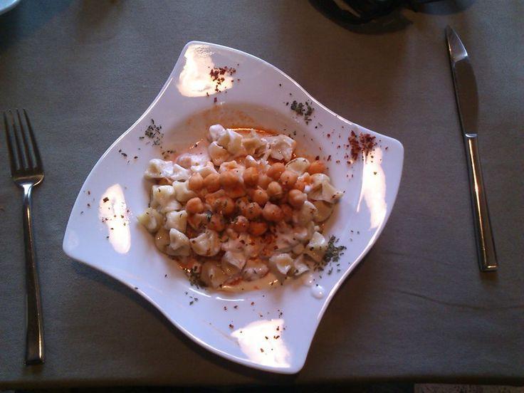 La pasta de La Capadoccia: una especie de raviolis con salsa de yogourth y garbanzos. Deliciosa.#DionisioPimiento #Food #Foodie