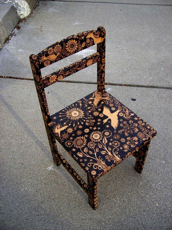 Dieser Stuhl machte es auf die Titelseite von Etsy! Diese Sonderanfertigung dauert ca. 9 Monate bis zum kompletten Sie werden in der Lage, den Fortschritt Ihres Stück mindestens einmal wöchentlich durch Bilder zu überprüfen. Diese winzigen Hartholz Stuhl Sitze noch bequem ein Erwachsener, der nicht Geist Sitzstangen ein wenig niedriger zu Boden als üblich... Jede Oberfläche dieses (technisch Kind der Größe) Stuhl hat mit einem Wald von Designs, die ich direkt auf den Stuhl, mit…