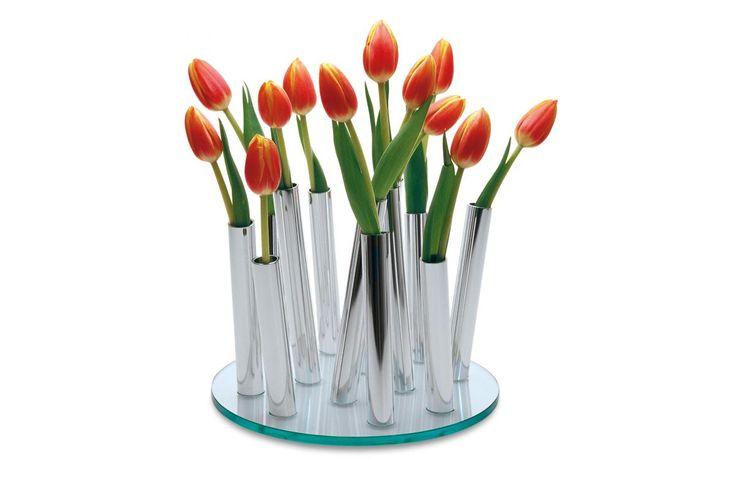 BUCKET Vazo Modern ve özgün formlarda tasarımlardan hoşlananlar için vazgeçilmez bir vazo.  12 adet kuru ya da taze çiçek dalı koyabileceğiniz paslanmaz boruları farklı açılarla kalın cam taban üzerine monte edilerek Cristian von AHN tarafından dizayn edilmiş çok elegan ve sıradaşı bir ürün.  http://www.qtoo.com.tr/bucket-vazo