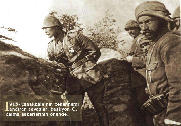 """Yıl 1915: Siperlerin 8-11 metre yakınlıkta olduğu Çanakkale Savaşı'nda askerlerine cesaret vermek için """"ölümü hiçe sayarak"""" SİPERLERİN ÖNÜNDE AYAKTA DURAN, veya ASKERLERİYLE BİRLİKTE KURŞUN YAĞMURU ALTINDA HÜCUMA KALKAN ya da ASKERLERİNE BANDO MIZIKA EŞLİĞİNDE YEMEK YEDİREN MUSTAFA KEMAL ATATÜRK…."""