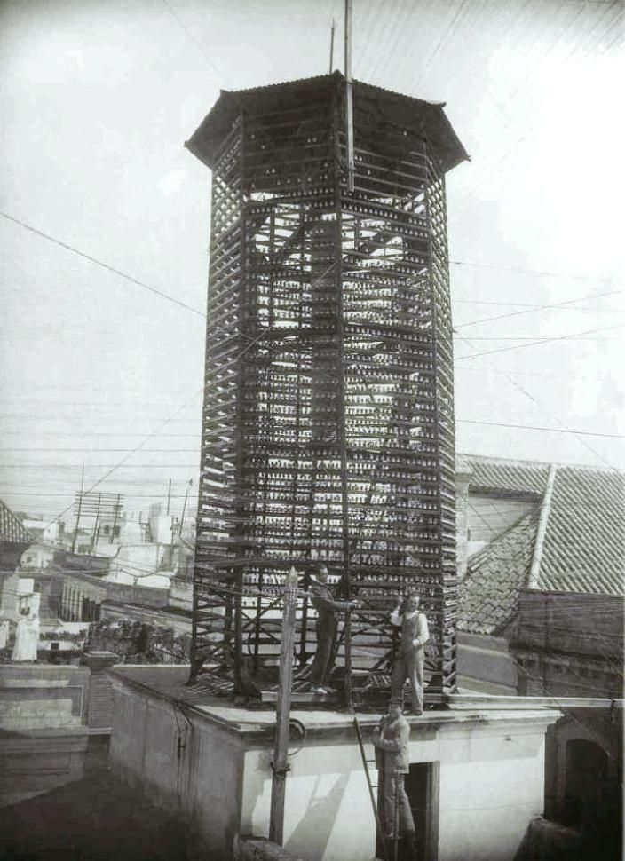 """Años treinta el """"templete telefónico"""" que servía para enlazar líneas, cables y conexiones de los antiguos abonados y que durante bastantes años estuvo enhiesto en la calle Luis Montoto, por detrás de la Iglesia de San Benito"""