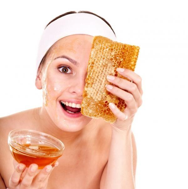 Cómo usar el aceite de coco para la piel. El aceite de coco se ha convertido en uno de los productos más codiciados y aclamados entre las celebrities de todo el mundo para potenciar la belleza tanto de su piel como de su melena, y es que los ...