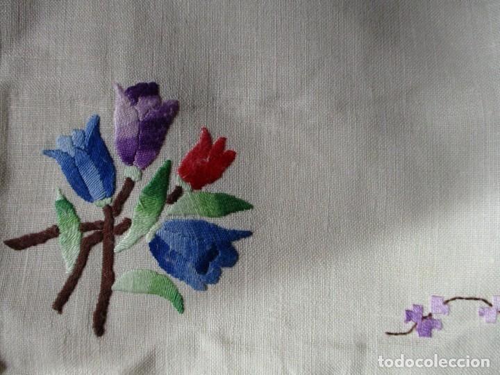 Mantel de lino bordado. Años 70. con 6 servilletas. Sin usar