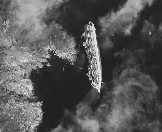 Foto della Costa Concordia dal satellite.