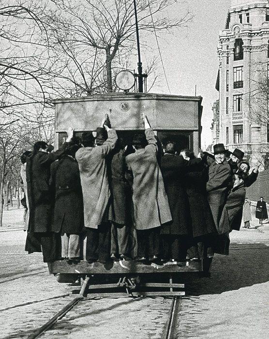 1941. Tarde de fútbol. Decenas de aficionados se cuelgan del tranvía hacia el antiguo campo del Real Madrid, en Chamartín