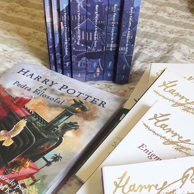 """Harry Potter!!!!! Ahahahah  ___ """"São nossas escolhas, mais do que nossas capacidades, que mostram quem realmente somos"""". Alguns dos meus xodozinhos 😍😍😍 ___  #bookstagram #amolivros #good #livros #book #reads #readhead #books #amoler #leitor #Leia #instalike #photography #harrypotter #always #bookworm #picoftheday #bookaholic #daily #stories #literature #booknerf #nerd #happy #potterhead #harrypotterworld #bomdia #goodmorning"""