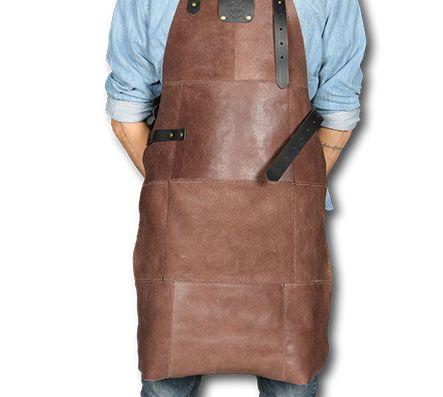 <strong>Lederen BBQ- schort bruin: € 49,95 i.p.v. € 149,95.</strong> Lederen schorten zijn dé nieuwste hype voor kookliefhebbers. Handgemaakt uit 100% rundsleder.