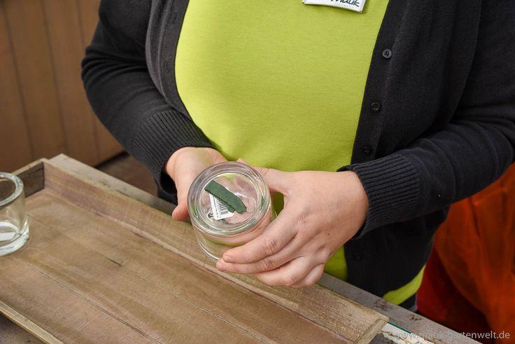 Schritt 1: Teelichtgläser mit Knetfix auf dem Tablett fixieren.