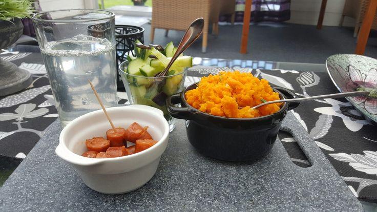 Mos på sötpotatis, gräslök och lime, gurksallad, kabanoss och lime lemonad | Mashed sweet potatoe with chives and lime, sallad on cucumber, kabanoss sausage and a lime lemonade