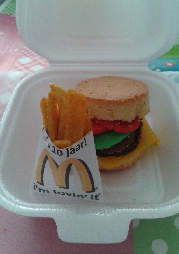"""""""Echte"""" complete hamburger traktatie. Cupcake met marsepein groente/kaas en brownie hamburger. Frietzakjes geprint/gevouwen met naam en leeftijd. Gevuld met brede friet chips. Dit tezamen in een hamburgerdoosje!"""