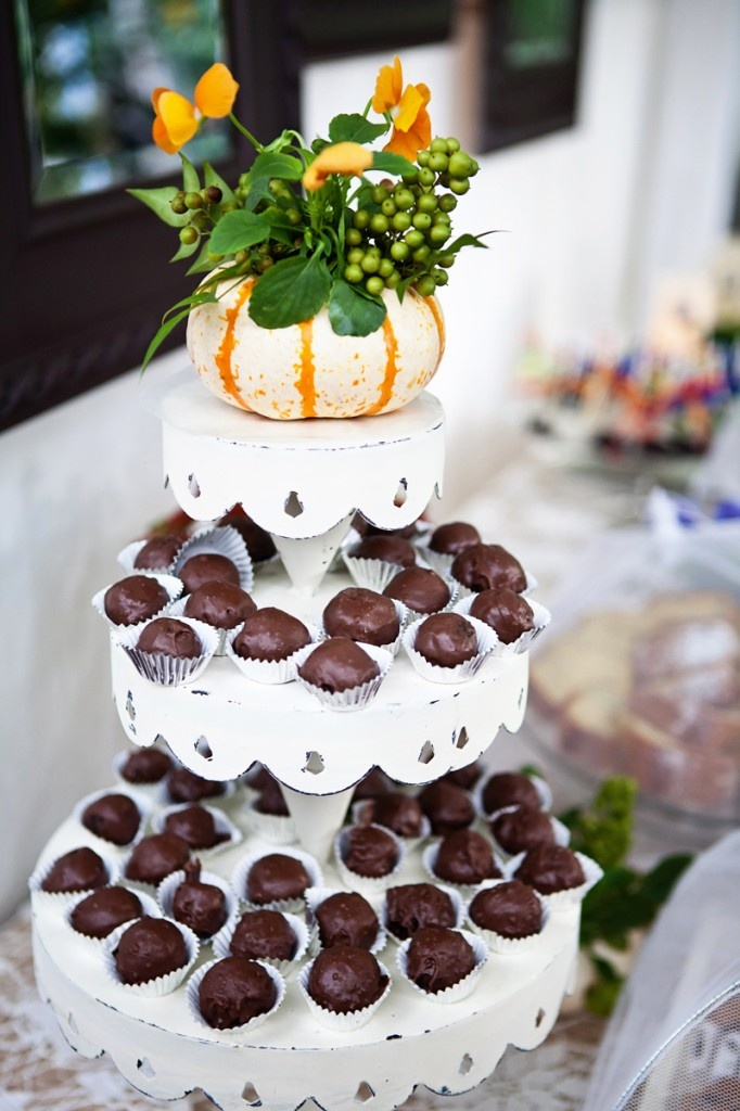 Is the traditional wedding cake a bit stale for you? Check some sweet and surprising alternatives for your dessert table. Truffles, cheese, cupcakes, gelato  ... even Jell-O!