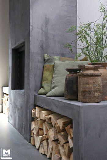 Onze gietvloer op basis van echt beton, stoere meubels, een lichte vergrijsde zandtint op de wanden, zwarte jalouzieen...een lekkere mix van mooie materialen! De schouw is afgewerkt in, het door ons ontwikkelde, cementstuc voor een robuuste uitstraling. w