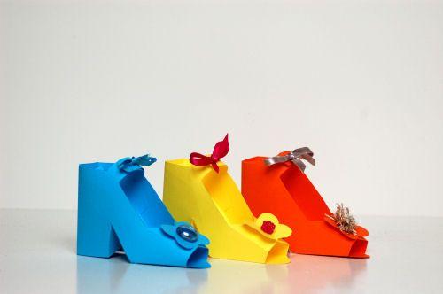 Leuke schoenen van papier. Vul ze met bonbons en je hebt een leuk cadeautje !