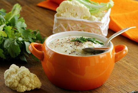 Makkelijk recept om lekkere bloemkoolsoep te maken zodat je zal genieten van een feestelijk ogende, heerlijke kom soep.