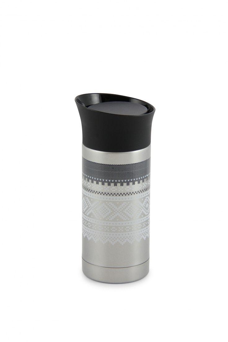 La det norske Marius® mønsteret holde drikken din varm på vei til jobben!  Termokopp av høy kvalitet, i stål.Holder på varmen i mange timer og lekker ikke.  Str: 0,25L
