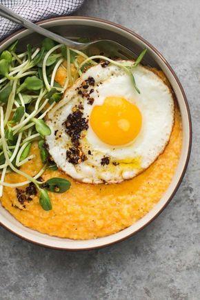 Polenta de batata doce e queijo de cabra com ovo estrelado