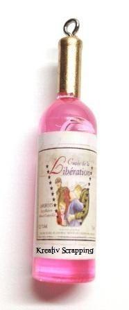 RESIN - VINFLASKE RES-0005 - ROSA- 4 stkFlotte vinflasker i fargen rosa. Etikkettene på flasken kan variere noe4 stk i hver pakke. Denne flasken er flott å dabbe litt brunfarge med Distress.Måler ca 5,2 lang X 1,5 cm bred