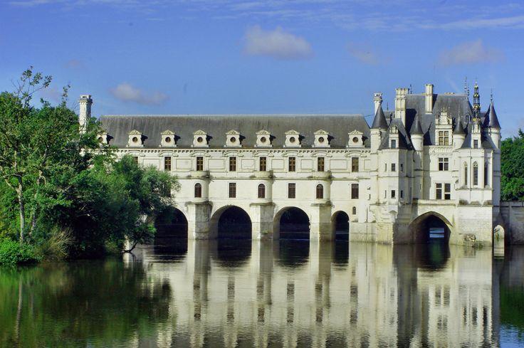 Zamek Chenonceau zbudowany początkowo jako most na rzece, dzięki kobietom stał się nieocenionym zabytkiem Doliny Loary